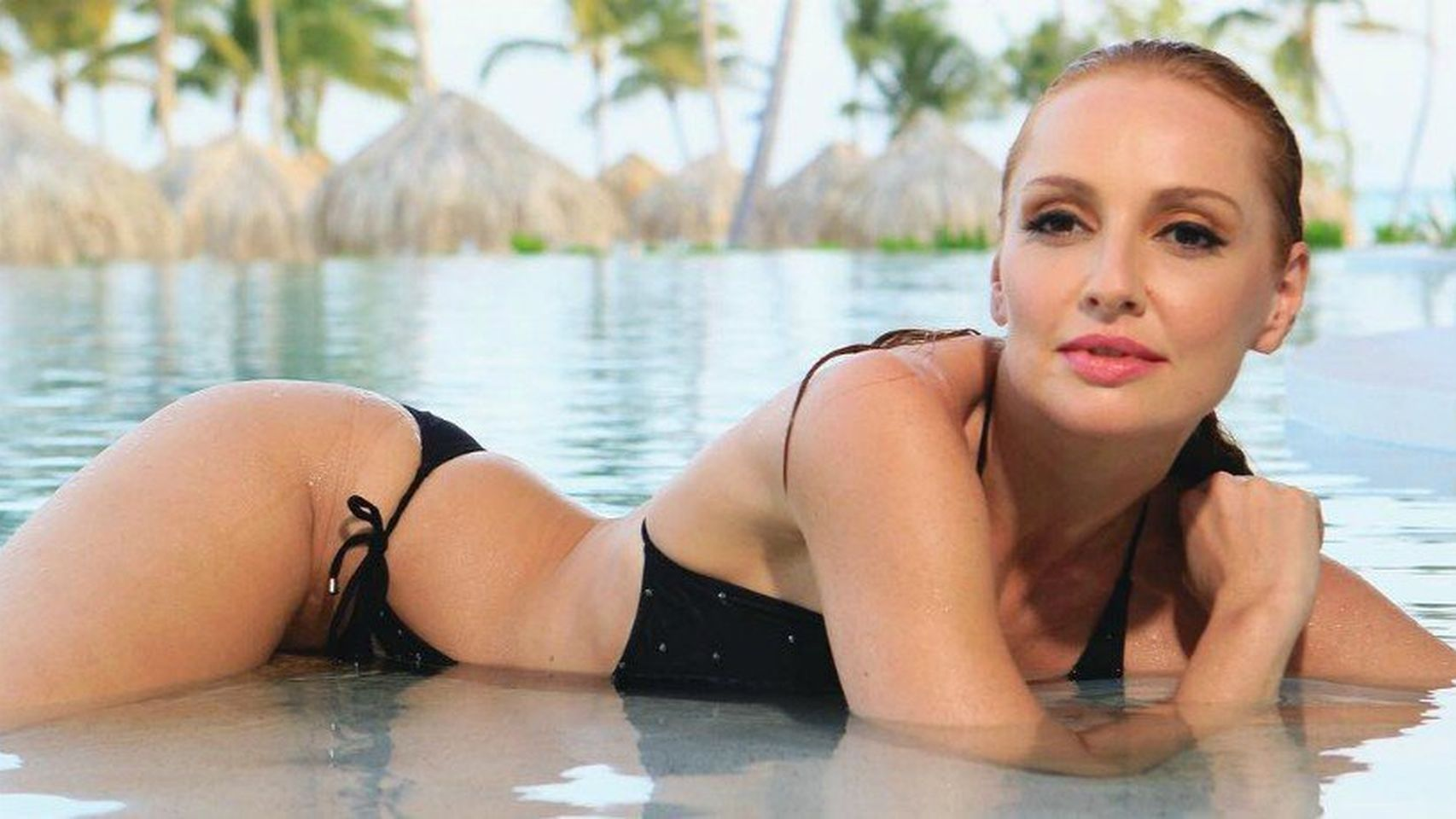 Cristina Castaño muy sensual en la piscina