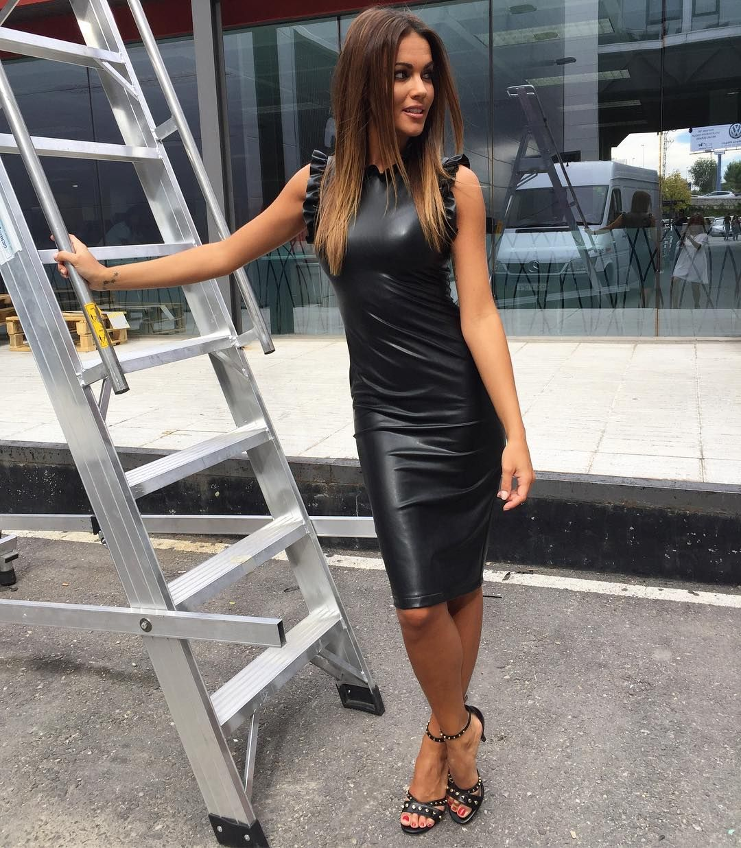 Lara Álvarez posando sexy en vestido de cuero negro