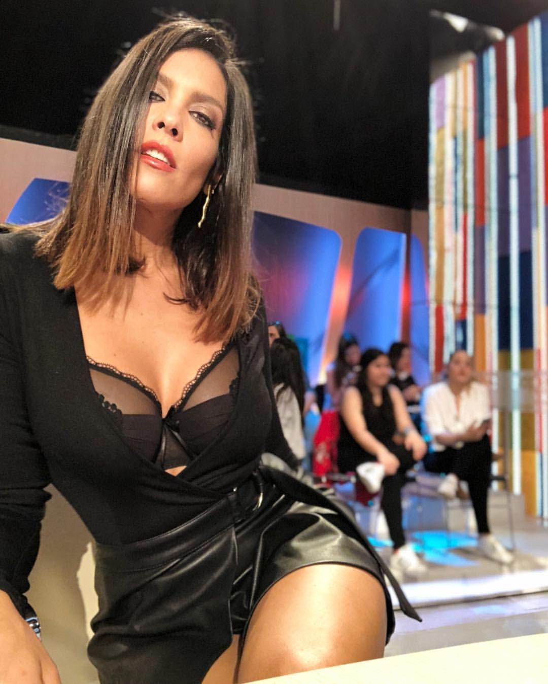 Lorena Castell con un escote y sujetador muy sexy