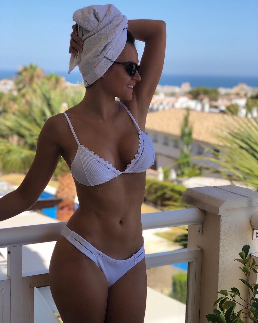 Sensacional cuerpazo de Melody en bikini blanco