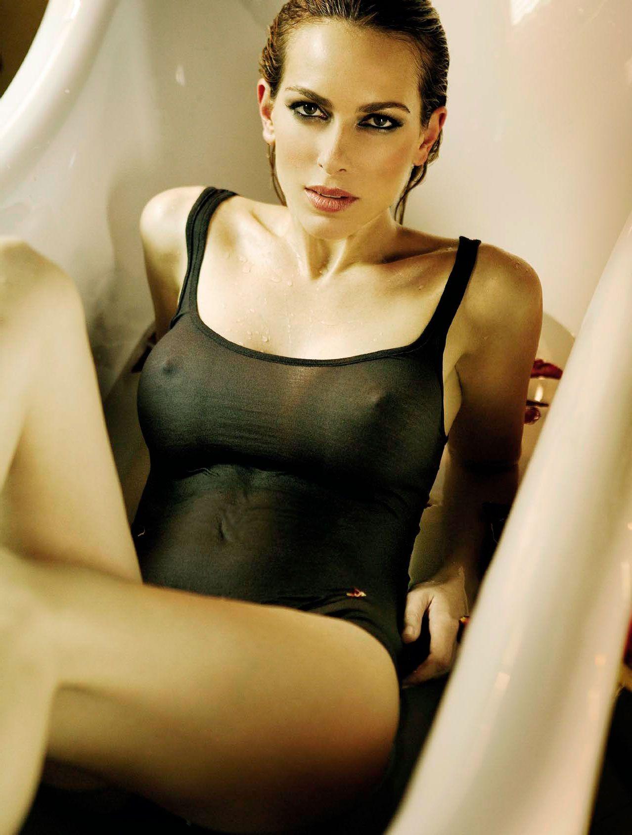 Kira Miró sexy en bikini mojado