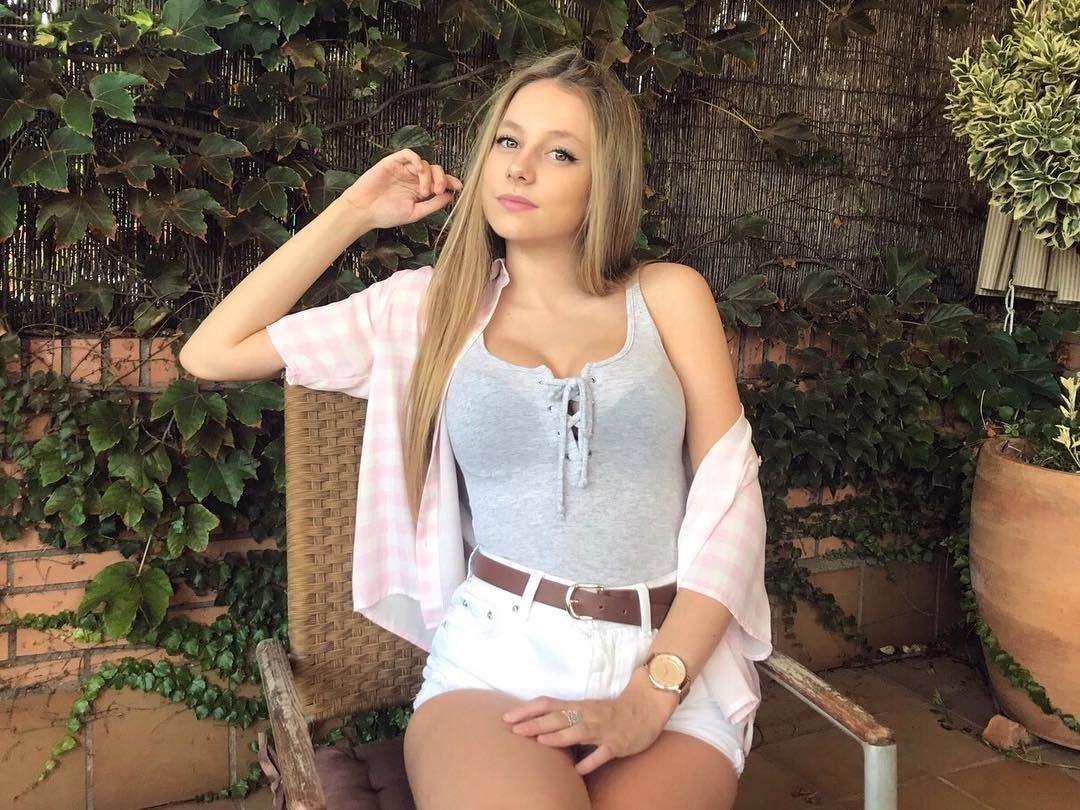 Ester Expósito en short blanco y con una camiseta transparentando el sujetador