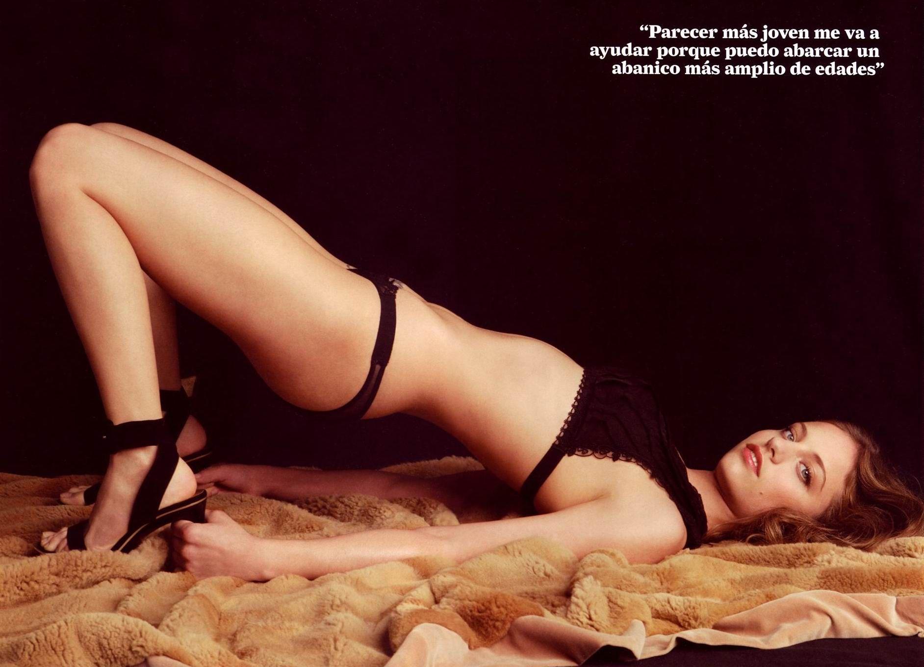 Michelle Jenner posando sexy en bragas y sujetador negros