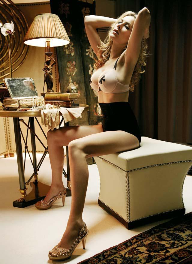 Espectacular Kira Miró en sujetador, bragas, y tacones
